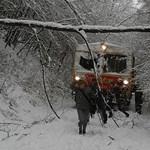 A sínek között gyalogolnak haza az utasok – a hó a vasúti közlekedést is sújtja