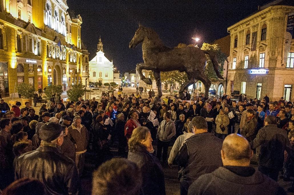 mti.14.10.26. - Pécs: tüntetés az internetadó bevezetése ellen a Széchenyi téren