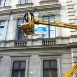Durvuló kampány: létrás autóról vágták le az ellenzéki molinót
