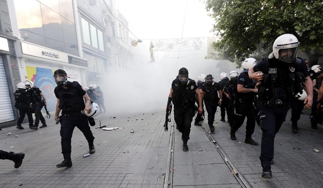 Törökországi tüntetések 2013. június - Isztambul, 2013. június 1. Török rohamrendőrök az isztambuli Taksim tér közelében, miután összecsaptak a kormányellenes tüntetőkkel  2013. május 31-én.