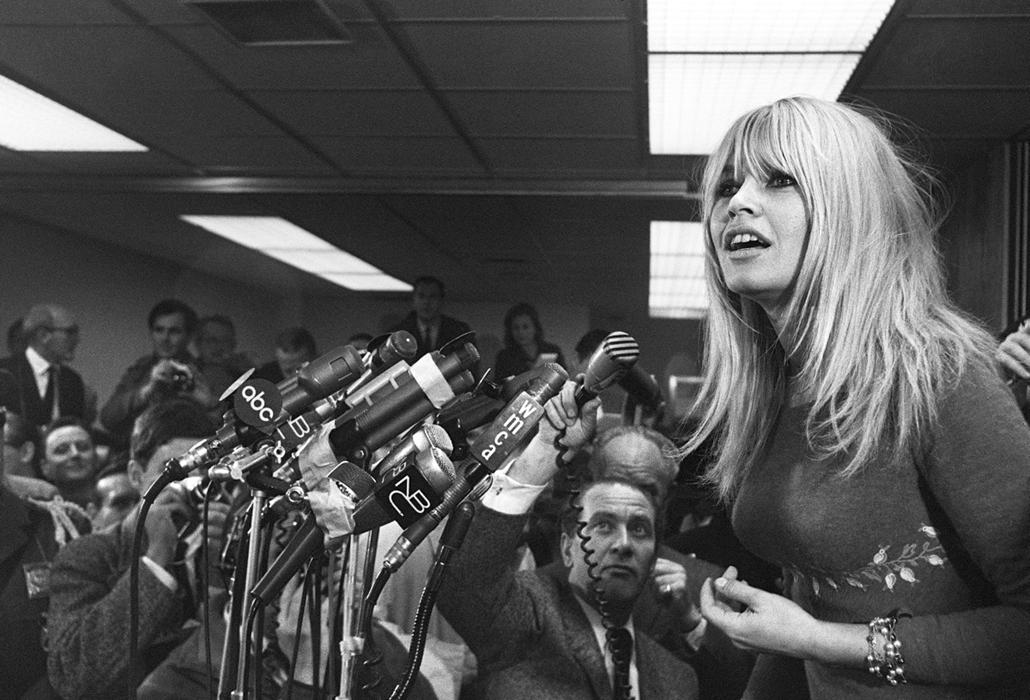 afp.1965.12.07. - New York, USA: sajtótájékoztatón a Kennedy reptéren - Brigitte Bardot nagyítás