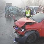 Fotók: négy autót tarolt le egy tartálykocsi Tokajnál