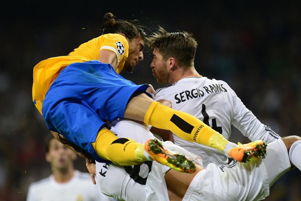 13.10.23. - Madrid, Spanyolország: Jose Martin Caceres és Sergio Ramos küzdelme - évképei, az év sportképei