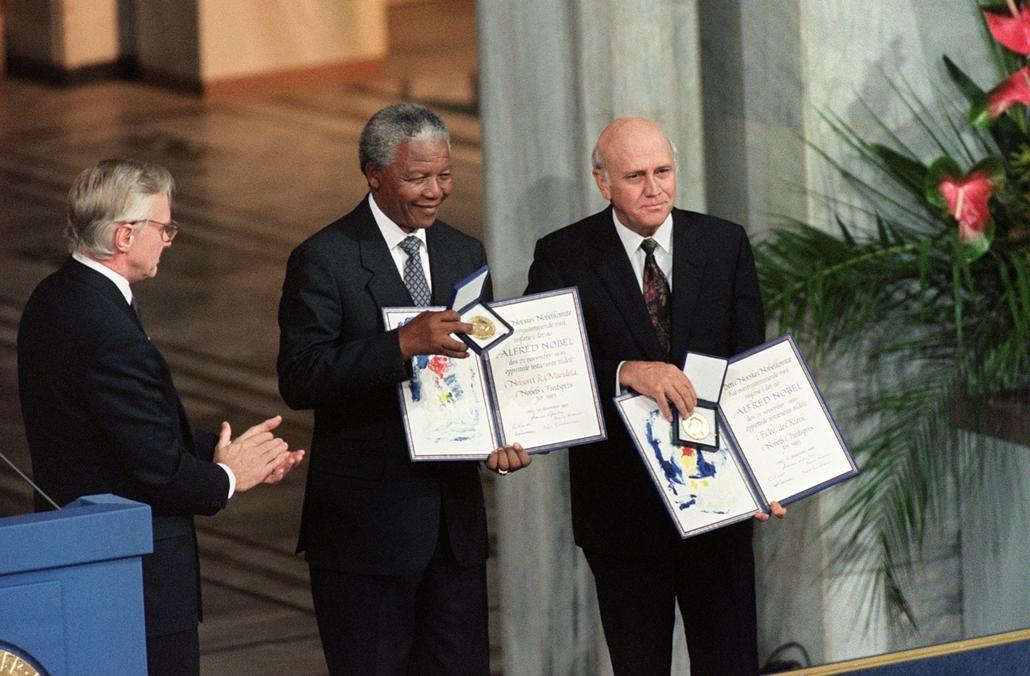 Nelson Mandela nagyítás - NORWAY, Oslo : Nelson Mandela, President of South African African National Congress (C) and South African President Frederik de Klerk (R) display on December 09, 1993 in Oslo their Nobel Prizes after being awarded jointly for the