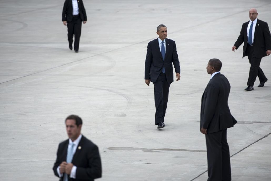 afp. hét képei - Gary, Egyesült Államok 2014.10.02. Barack Obama, titkosszolgálat, testőr - Members of the US Secret Service escort US President Barack Obama as he walks to Air Force One at Gary Chicago International Airport on October 2, 2014 in Gary, In