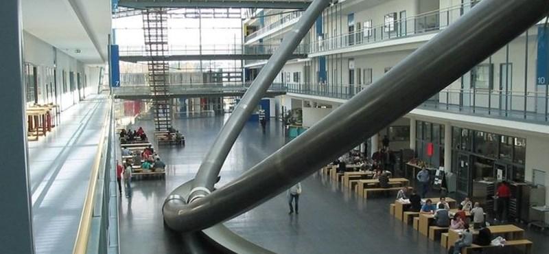 A nap képe: mit keres egy óriáscsúszda az egyetem közepén?
