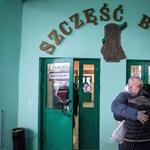 Kiszabadultak a mélyben rekedt lengyel bányászok