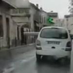 A nap videója: hatalmas csövet így még nem szállítottak városban személyautóval