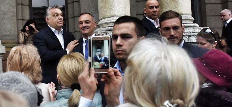 Orbán időként bekerítve érzi magát, de száz nyugdíjas imádja