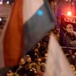 """""""A diákokat 12 év szigorított fegyházra ítélik"""": ezrek tüntettek a Kossuth térnél"""