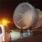 Útnak indult az óriáskonvoj, amely miatt még a vezetékeket is leszedték – fotók
