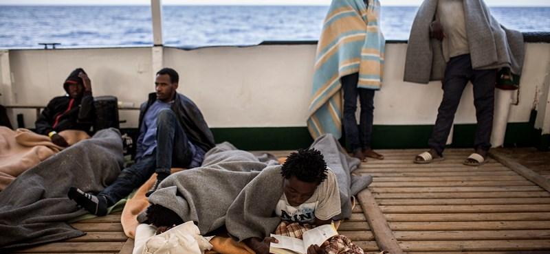 A baloldali spanyol kormány újabb menekülthajót enged kikötni