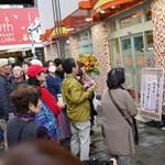 Miért nem lehet szemüveges egy nő a munkahelyén Japánban?