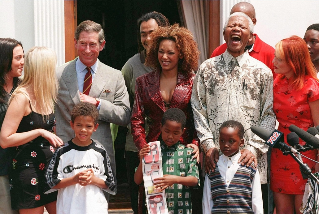 Nelson Mandela nagyítás - SOUTH AFRICA, Pretoria : South African president Nelson Mandela (2nd R) shares a joke with Prince Charles (3rd L), his grandchildren and members of British pop group Spice Girls at his residence in Pretoria, 01 November 1997. Lef