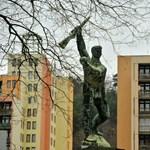 A piaci ár ötödéért árulja a honvédelmis lakásokat a minisztérium