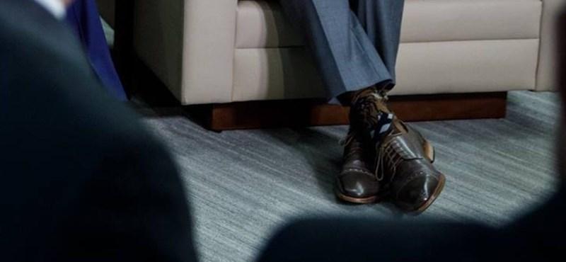 Miniszterelnököt ilyen zokniban még nem láttunk