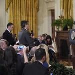 Manipulált videóra hivatkozva vették el a CNN-tudósító fehér házi belépőjét