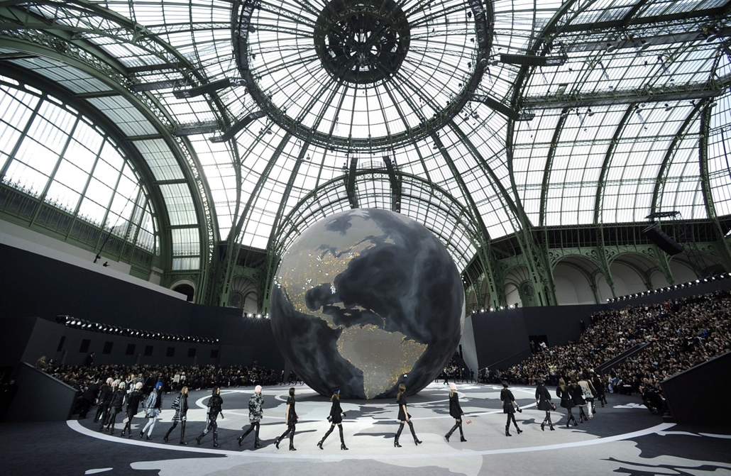 Párizsi divathét, 2013. március 5.Manökenek Karl Lagerfeld német tervezőnek a Chanel-divatház részére készített kollekcióját mutatják be a Grand Palais egyik csarnokában a párizsi divathéten 2013. március 5-én.