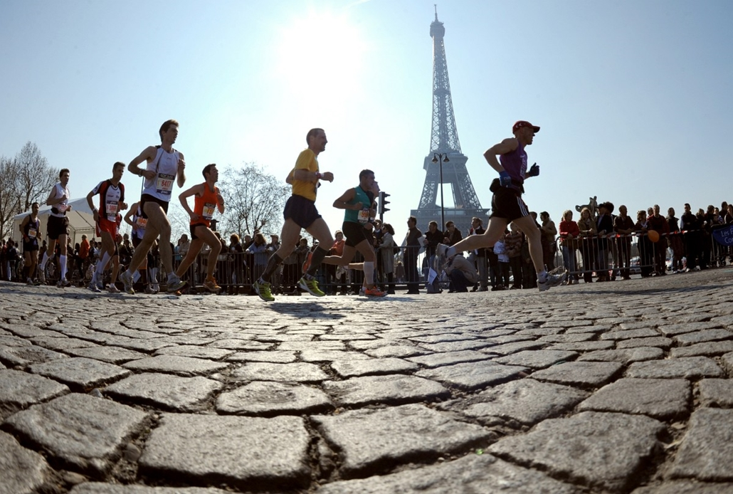 afp. Eiffel-torony 125 éves Nagyítás - maraton, marathon, Párizs 2014.04.11.FRANCE, Paris : Competitors run next to the Eiffel Tower during the 34th Paris Marathon, on April 11, 2010 in Paris. Ethiopian Tadesse Tola won the marathon (2h 06min 41sec) ahead