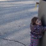 Ez a kislány azt hitte, hogy robottal találkozik – tévedett, de a videója árulkodó a jövőről
