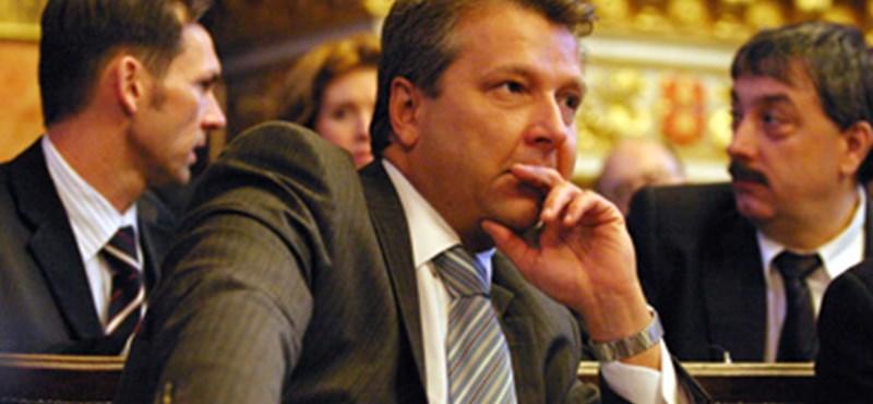 Ingatlan panamával vádolnak két volt befolyásos magyar vezetőt