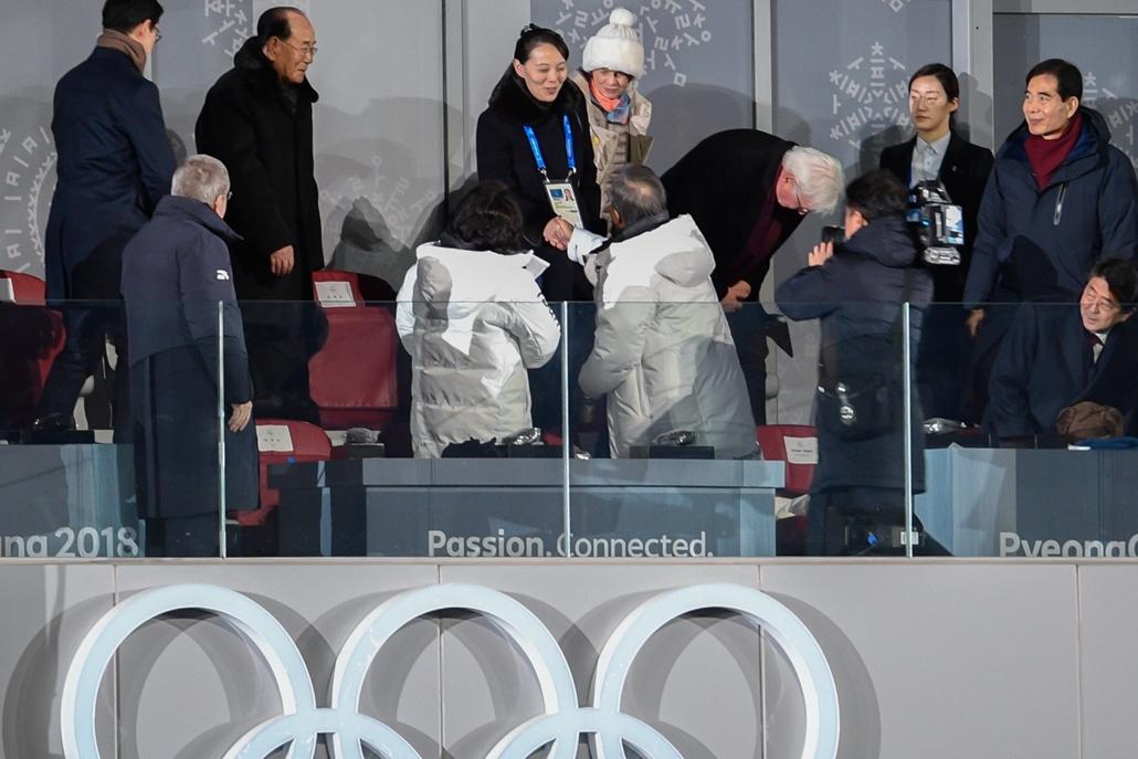 afp.18.02.09. - Téli Olimpia 2018 - Kézfogás kézfogást követ, kezet ráz egymással többek között Kim Jo Dzsong Kim Dzsong Un húga és Dél-Korea elnöke Mun Dzsein