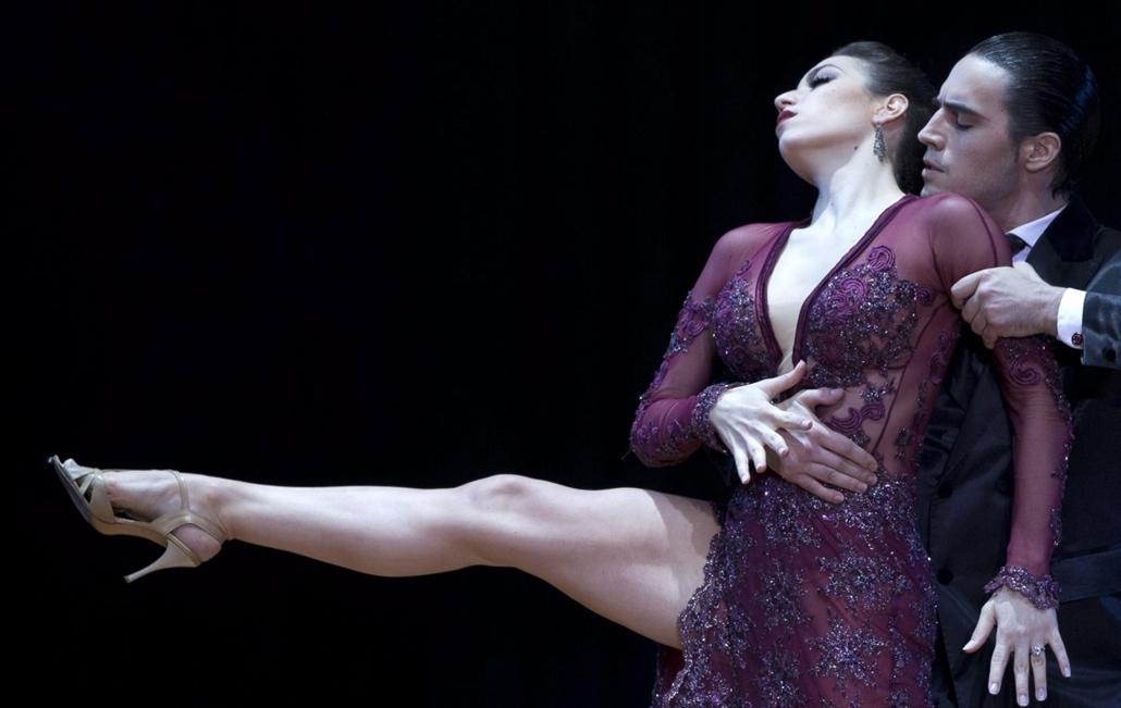 AP!!! szeptember 10-ig! hét képei, Tangó-világbajnokság Argentínában, Buenos Aires, 2014. augusztus 27. Az argentin Manuela Rossi és Juan Malizia Gatti táncol a Buenos Airesben rendezett tangó-világbajnokság döntőjében 2014. augusztus 26-án.