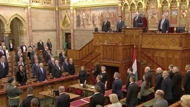 Trianon miatt emlékülést tart a Parlament - élő