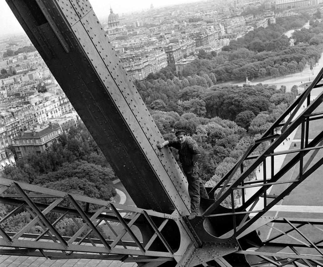 afp. Eiffel-torony 125 éves Nagyítás - 1945.01.01. Ouvrier chargé de l'entretien de la tour Eiffel. HA-2326-16