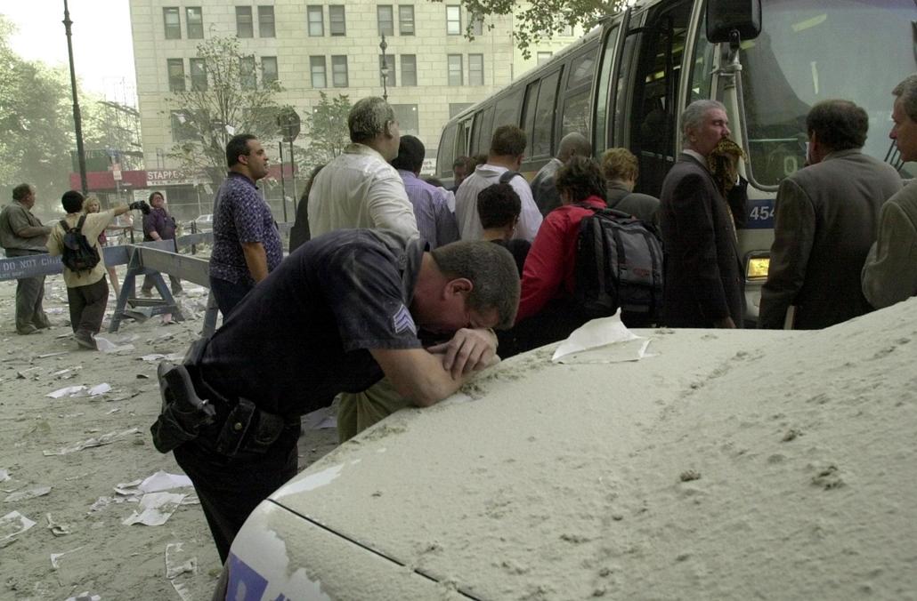01.09.11. - WTC_szeptember 11. - emberek az utcán