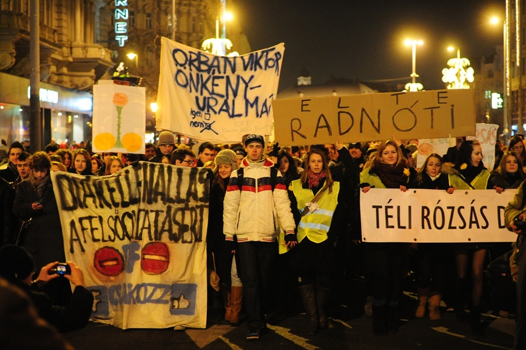 vonulás - Tüntetés a Széchenyi téren (volt Roosevelt tér)
