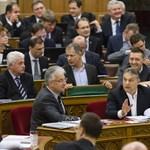 Nyugodtan megehette a tüntetők csokiját a parlamentben Orbán és Semjén