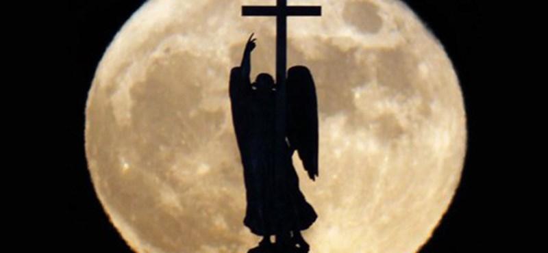 A nap képe: telihold az angyal mögött