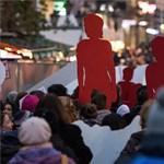 Nők elleni erőszak: néma női alakok vonultak végig Budapesten, gyertyát is gyújtottak – fotók