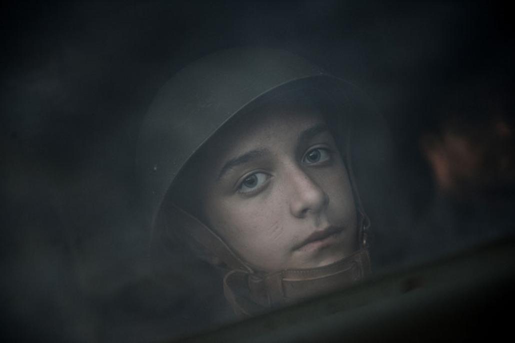 Társadalomábrázolás - dokumentarista fotográfia (sorozat) I. díj: Kurucz Árpád (Népszabadság): Angyalbőrben minden kicsit más. Military tábor. Az egy hetes időtartamba belesűrítik mindazt, amit annak idején az újoncok az egy hónapos alapkiképzés ideje alatt tanultak meg.  Az ébresztő, a reggeli torna, reggeli után alaki kiképzés, délután pedig szakkiképzések, például vegyivédelmi, híradó, illetve túlélő kiképzések szerepelnek a tábor programjában. A gyerekek emellett lőgyakorlaton is részt vettek, ám természetesen nem éles, hanem vaklőszerrel tüzelhettek csak. Mindemellett megtanulták azt is, hogy miként kell a különféle harctéri sebesüléseket ellátni.