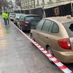 Parkoló autókra omlott a bontás alatt álló Radetzky-laktanya fala