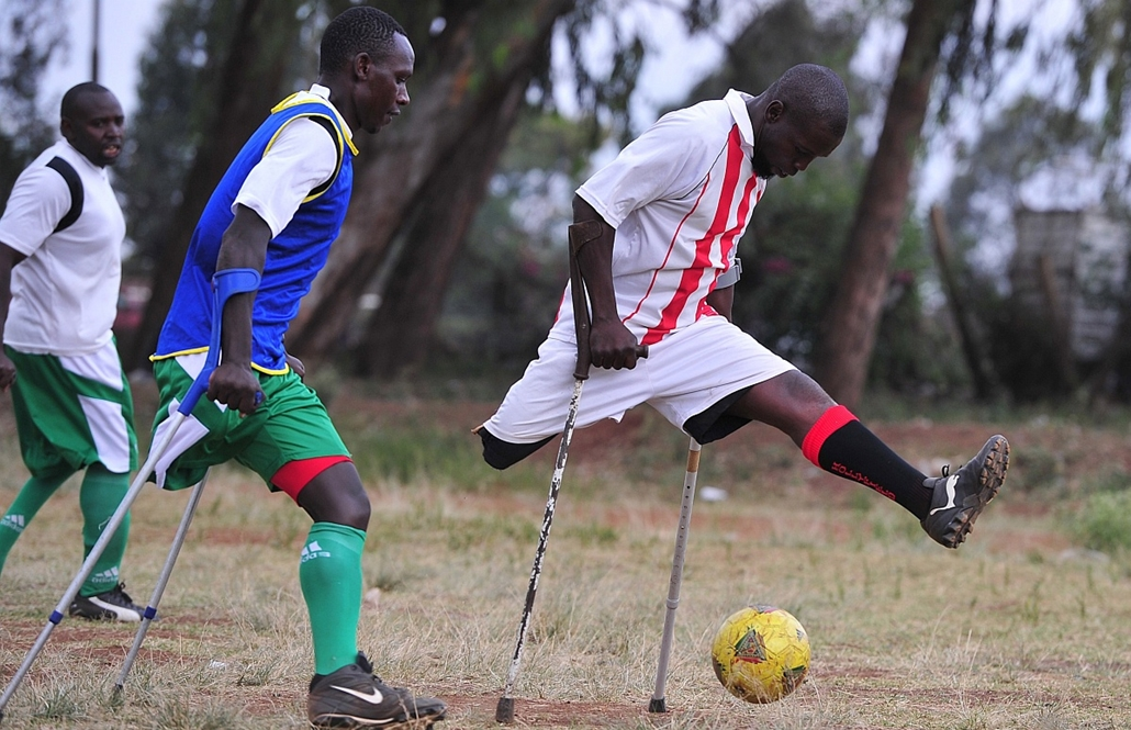 afp. az év sportfotói 2014. Nairobi, Kenya, 2014.12.08. Ibrahim Wafula (R) and Dedan Ireri, both players of the Kenyan national amputee football team take part in a training session at the Pangani grounds on October 14,2014 in Nairobi ahead of the 4th edi