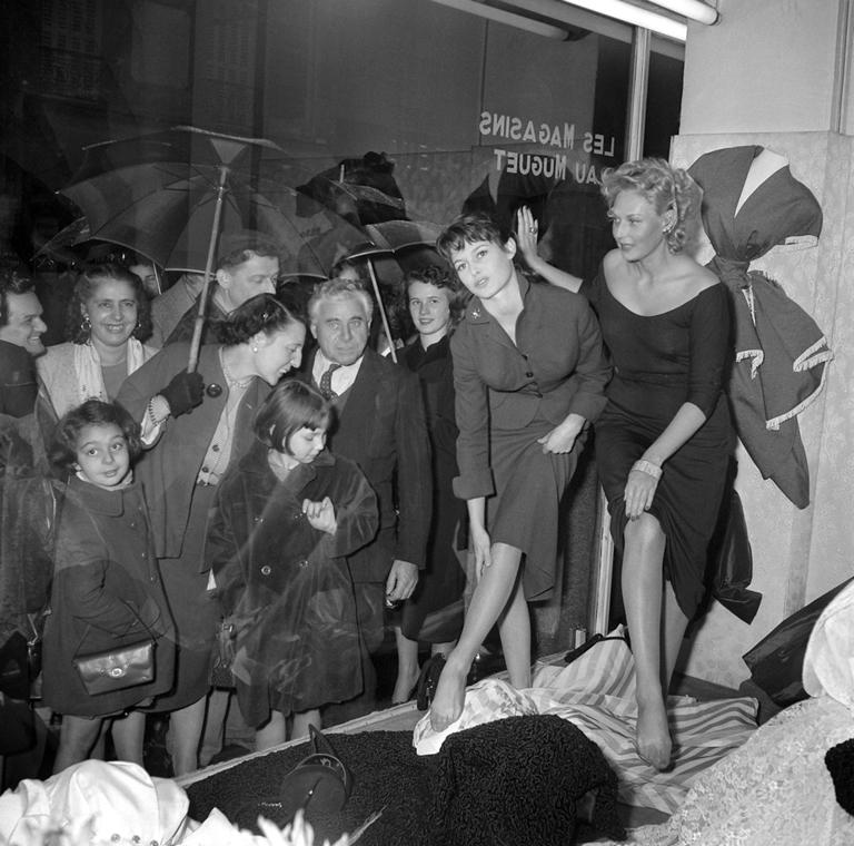 afp.1954.10.01. - Párizs, Franciaország: Thilda Tamar és Brigitte Bardot egy harisnyabolt kirakatában - nagyítás