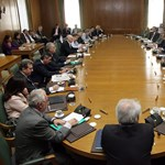 Szélnek ereszti minisztereit Papandreu