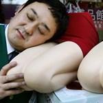 Mit tegyünk, ha nem bírjuk a kolléga testszagát? Itt a japán megoldás