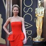 Jennifer Lawrence idén is elesett az Oscar-gálán – videó