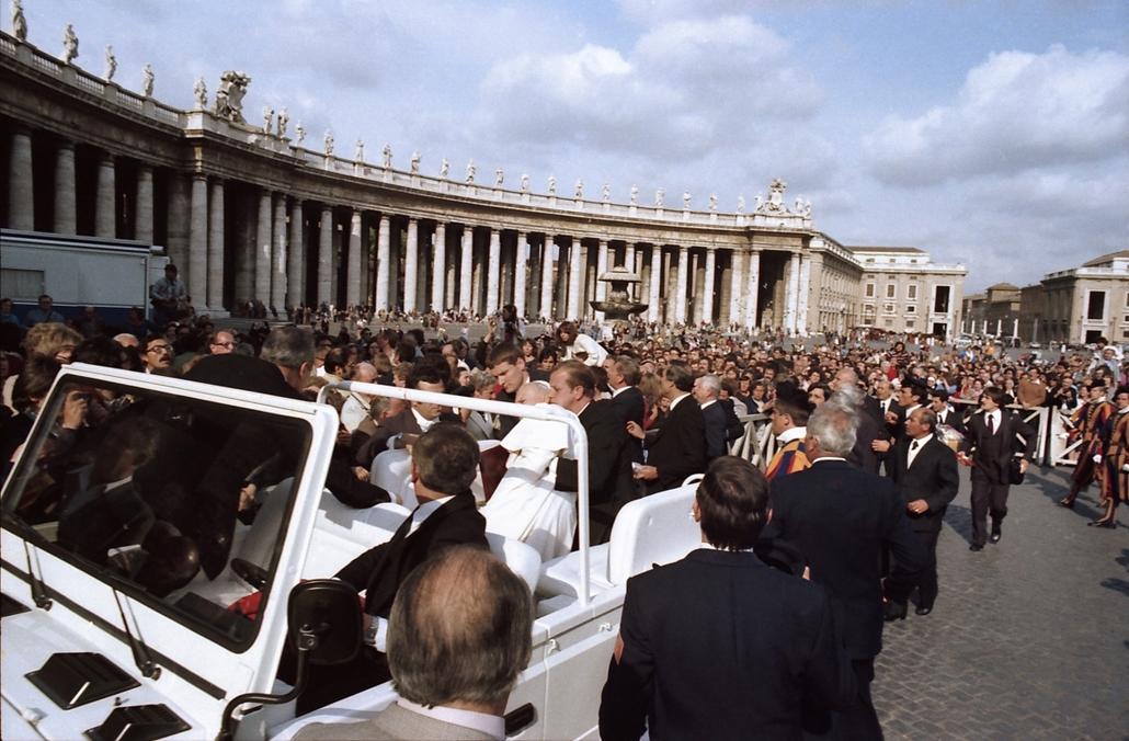 afp.81.05.13. - Vatikán: testőrök segítenek II. János Pál pápa - merénylet
