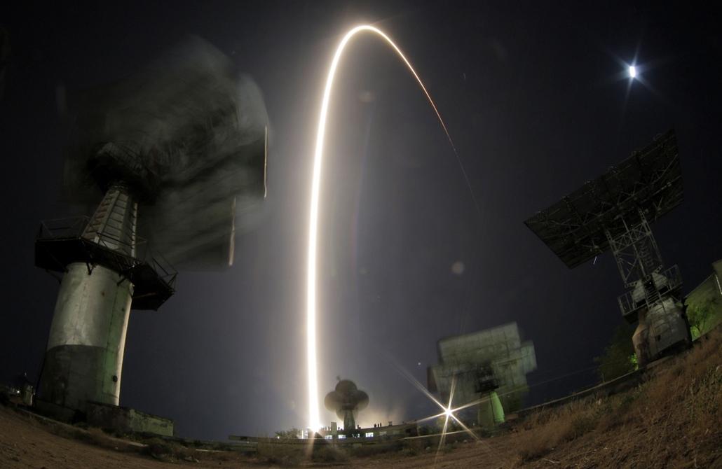 AP!!! október 8-ig!!! - Szojuz űrhajó felbocsátása, Bajkonur, 2013. szeptember 26. Nagy látószögű optikával és hosszú expozíciós idővel készült felvételen útjára indul a Szojuz TMA-10M orosz űrhajó fedélzetén Oleg Kotov és Szergej Rjazanszkij orosz, valam
