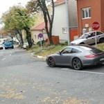 Ez a Porsche-tulaj kicsit félreértette a Stop-táblát, mert leparkolt a kereszteződésben