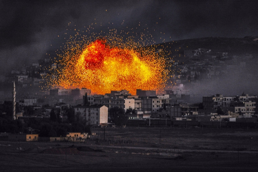afp. hét képei - Mursitpinar, Törökország, 2014.10.20. Smoke and flames rise following an explosion in the Syrian town of Kobane, also known as Ain al-Arab, as seen from the southeastern Turkish village of Mursitpinar in the Sanliurfa province on October