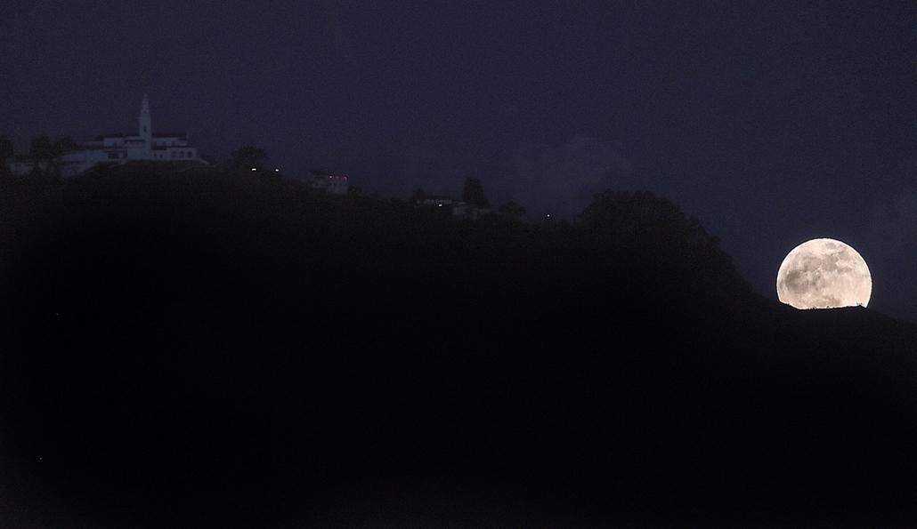 afp.15.09.28. - Bogota, Kolumbia: holdfogyatkozás a Monserrate hegy mögött - szuperhold