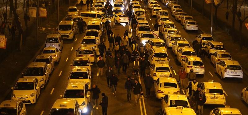 Győztek a taxisok, kivonul az Uber Barcelonából
