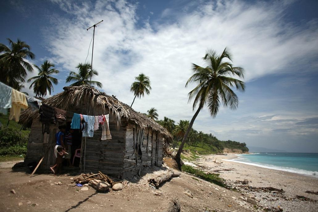 Hét képei nagyítás - Nádtetős kunyhó Barahona partjainál a Dominikai Köztársaságban. Csütörtökön az Isaac hurrikán fenyegette a térséget
