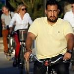 Vádat emeltek Macron tüntetőket verő biztonsági embere ellen