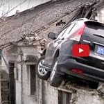 Háztetőről kellett leszedni a balesetező Honda CR-V-t – videó